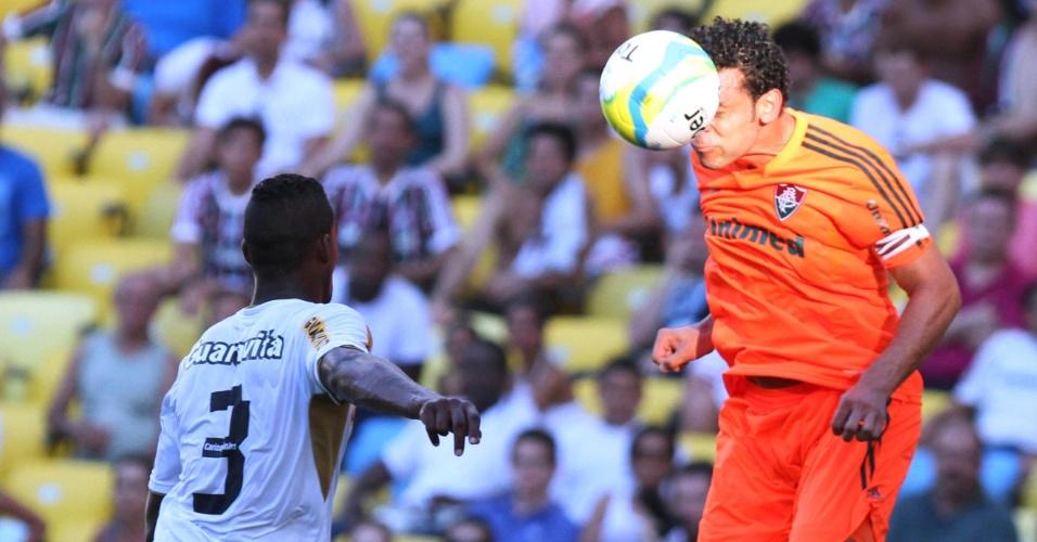23.fev.2014 - Fred tenta cabecear a bola na partida do Fluminense contra o Botafogo