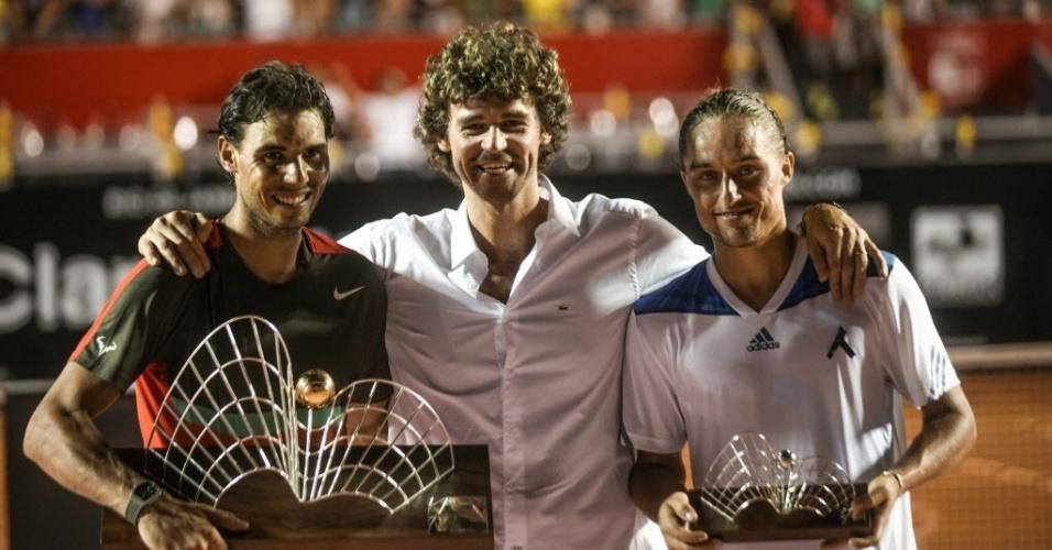 23.fev.2014 - Gustavo Kuerten posa para foto com Rafael Nadal e Alexandr Dolgopolov na cerimônia de premiação do Aberto do Rio