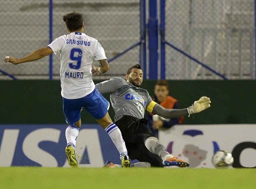 25.fev.2014 - Goleiro Weverton tenta fazer a defesa na partida do Atlético-PR contra o Vélez Sarsfield, pela Libertadores