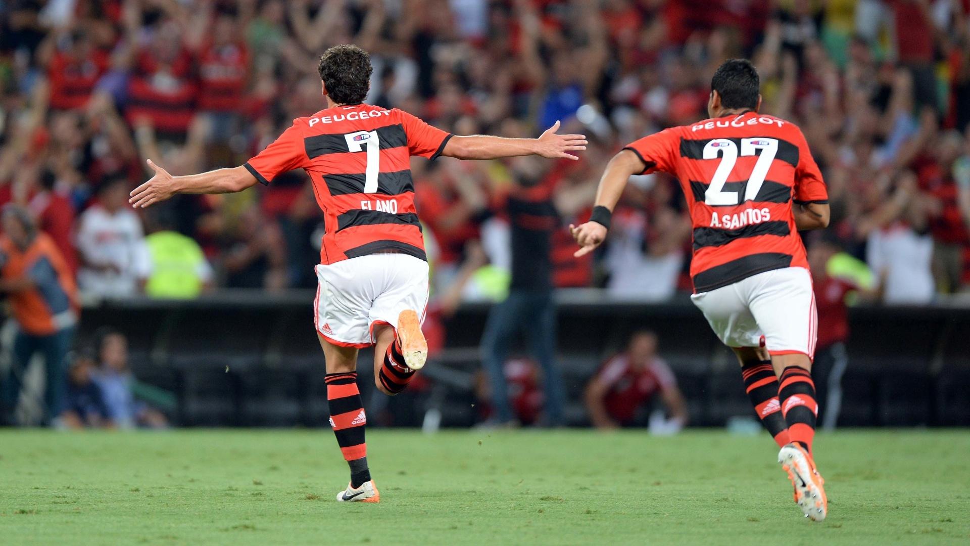 26.02.14 - Elano e André Santos comemoram gol do Flamengo contra o Emelec pela Libertadores