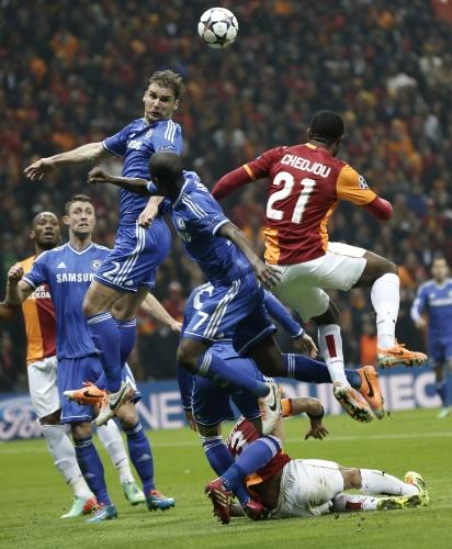 26.fev.2014 - Jogadores de Galatasaray e Chelsea se amontoam para disputar bola em jogo de ida das oitavas da Liga dos Campeões
