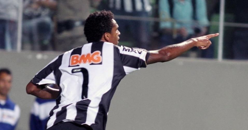 26.fev.2014 - Atacante Jô vibra após marcar o primeiro gol do Atlético-MG na partida contra o Santa Fé