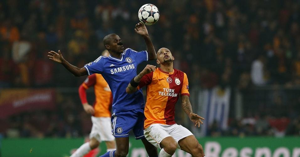 26.fev.2014 - Brasileiros Ramires e Felipe Melo disputam bola em duelo entre Galatasaray e Chelsea, em Istambul, pela Liga dos Campeões da Europa