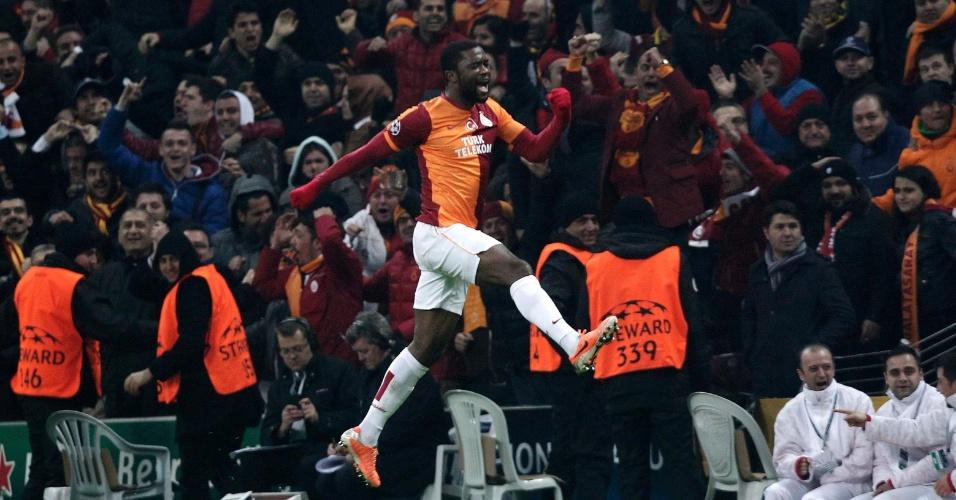 26.fev.2014 - Chedjou vibra muito com gol de empate do Galatasaray sobre o Chelsea e leva torcida ao delírio, em Istambul, pelas oitavas da Liga dos Campeões
