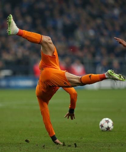 26.fev.2014 - Cristiano Ronaldo faz 'acrobacia' ao sofrer falta em jogo do Real Madrid contra o Schalke 04, pela Liga dos Campeões