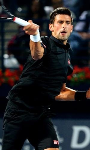 26.fev.2014 - Djokovic devolve bola do espanhol Roberto Bautista, em duelo válido pela segunda rodada do Torneio de Dubai