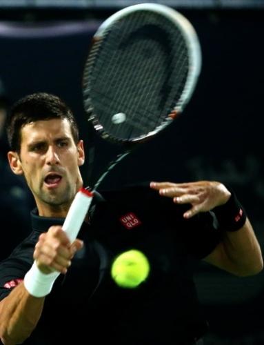 26.fev.2014 - Djokovic rebate de backhand no duelo contra o espanhol Roberto Bautista, peloo Torneio de Dubai