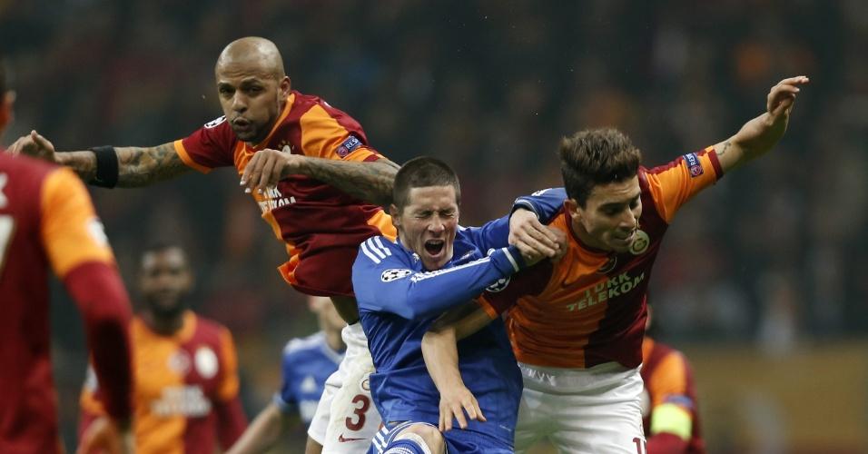 26.fev.2014 - Felipe Melo ajuda na marcação de Fernando Torres no jogo de ida das oitavas de final da Liga dos Campeões entre Galatasaray e Chelsea