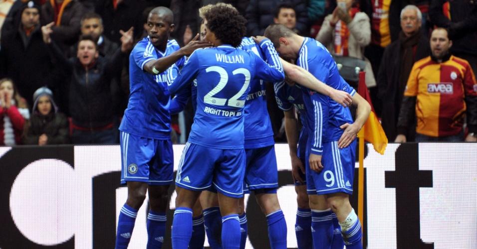 26.fev.2014 - Jogadores do Chelsea abraçam Fernando Torres após o espanhol abrir o placar sobre o Galatasaray, na Turquia, pela Liga dos Campeões
