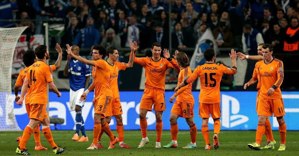 26.fev.2014 - Nove dos onze jogadores do Real Madrid se cumprimentam após gol em goleada sobre o Schalke 04, fora de casa, pelas oitavas da Liga dos Campeões