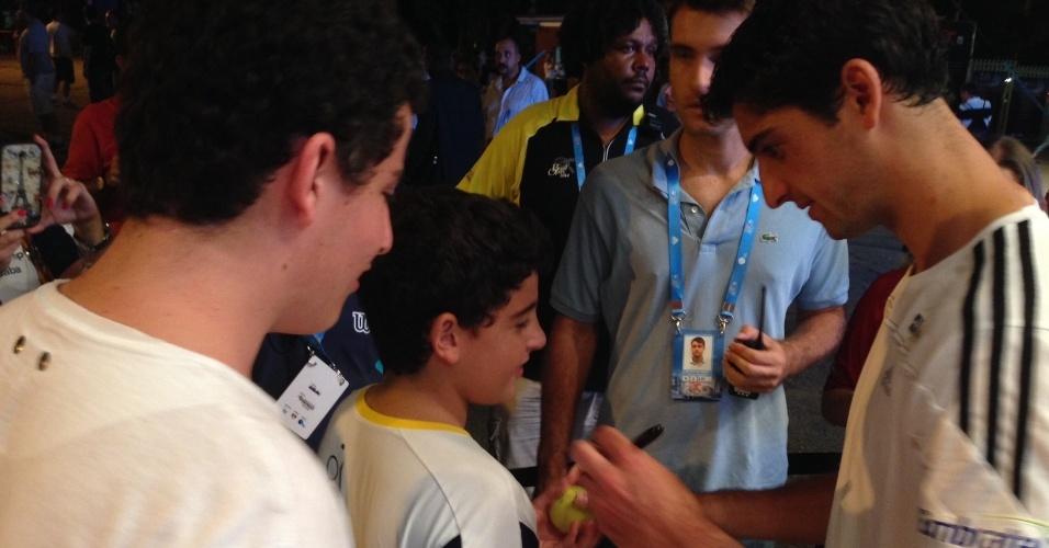 26.fev.2014 - Thomaz Bellucci aproveitou dia sem jogos no Aberto de São Paulo para fazer sessão de autógrafos