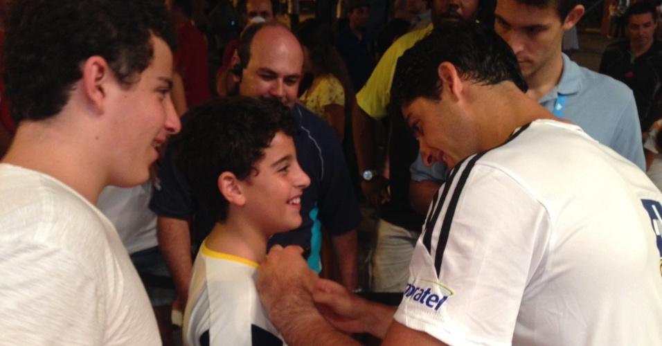 26.fev.2014 - Thomaz Belucci assina camisa de fã durante sessão de autógrafos nesta quarta em São Paulo