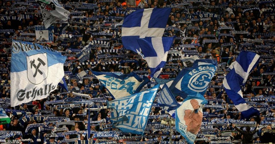 26.fev.2014 - Torcida do Schalke 04 exibe faixas e bandeiras durante duelo contra o Real Madrid, pelas oitavas de final da Liga dos Campeões