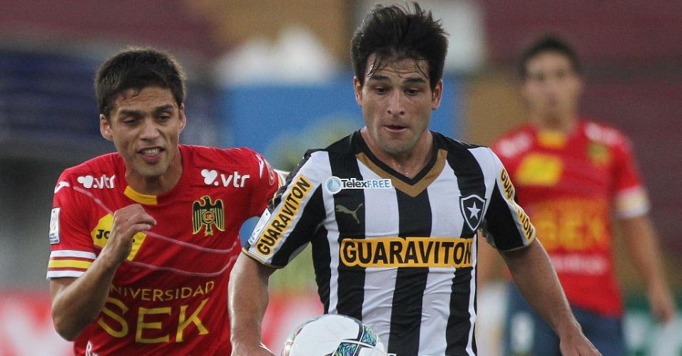 26.fev.2014 - Uruguaio Nicolás Lodeiro avança com a bola em jogo do Botafogo contra o Unión Española, pelo grupo 2 da Libertadores