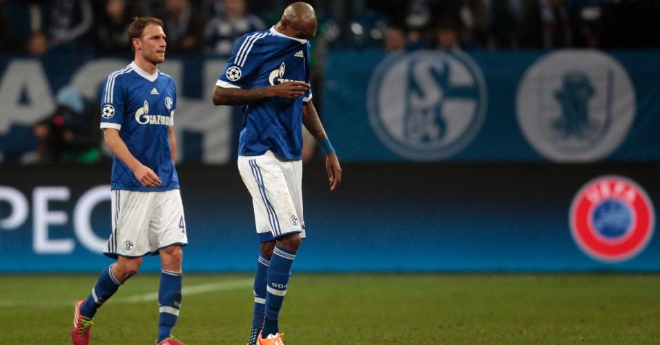 26.fev.2014 - Zagueiro brasileiro Felipe Santana 'se esconde' na camisa após o Schalke 04 sofrer goleada por 6 a 1 para o Real Madrid, na Alemanha, pela Liga dos Campeões