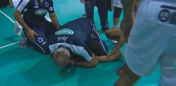 Marcelo Mendez imobiliza Serginho no chão da quadra