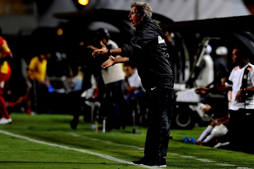 Oswaldo de Oliveira alega que reclama da arbitragem devido à falta de liderança no time do Santos