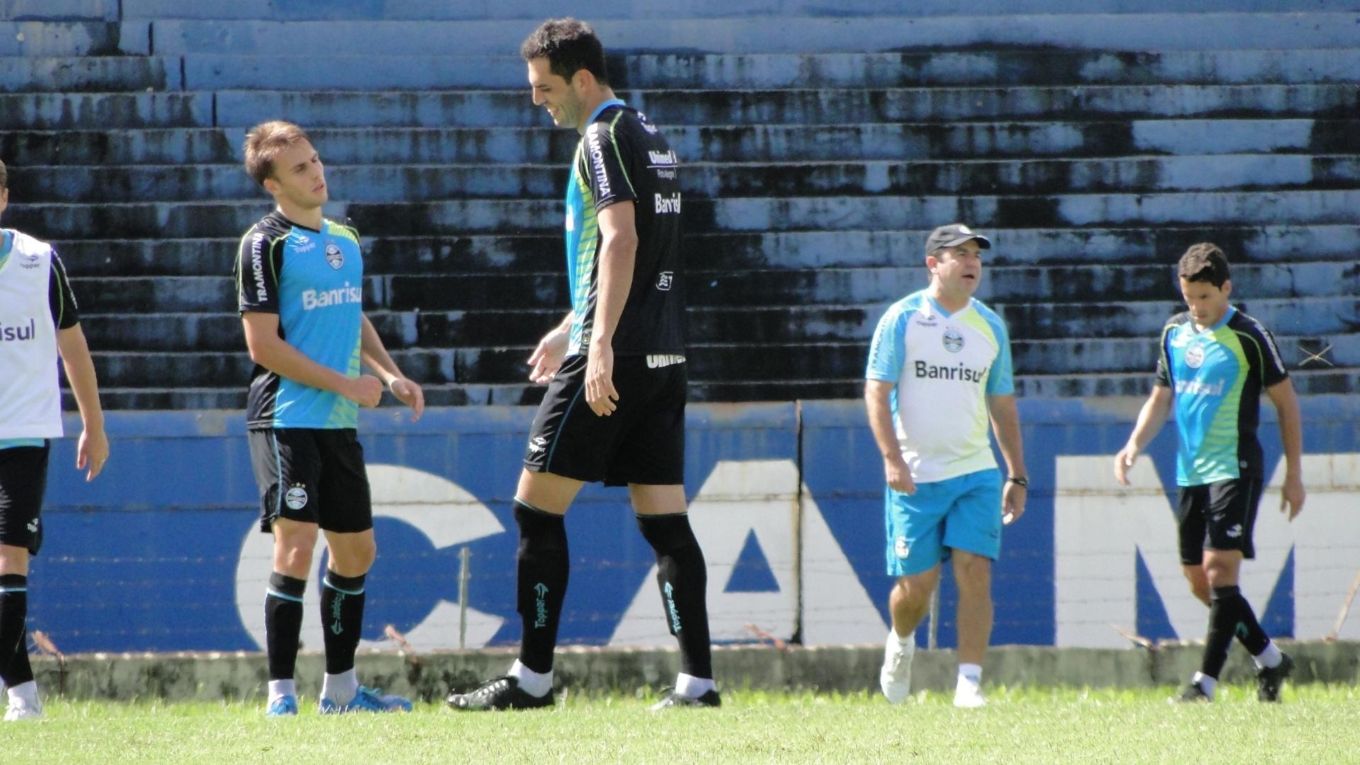 Bressam e Rhodolfo em treinamento do Grêmio no gramado principal do estádio Olímpico (28/02/2014)