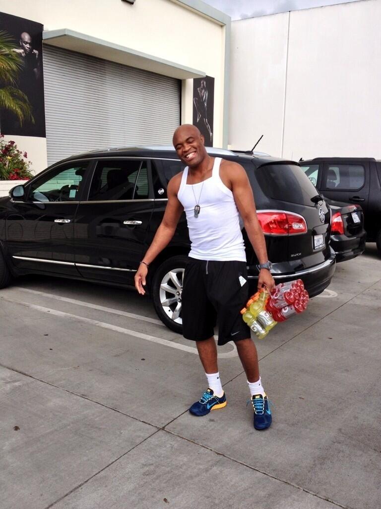 Dana White posta foto de Anderson SIlva chegando para treinar em sua academia em Los Angeles