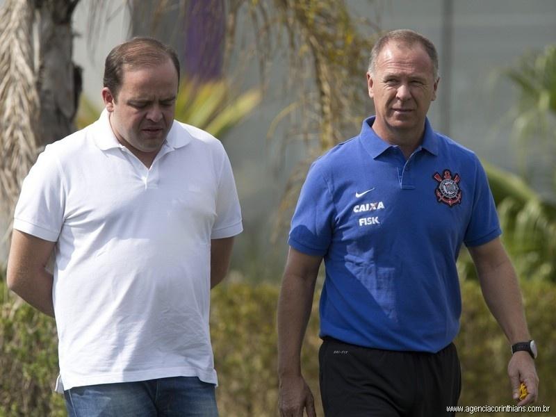 Mano Menezes, técnico do Corinthians, caminha ao lado de Ronaldo Ximenes, diretor de futebol, no CT Joaquim Grava