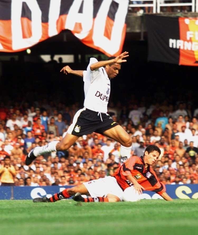 Narciso, do Santos, salta sobre o meia Iranildo, do Flamengo, em jogo pelo Campeonato Brasileiro de 1999, no Maracanã