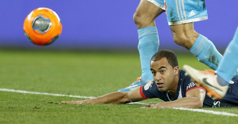 02.mar.2014 - Lucas vai ao chão em jogo do Paris Saint-Germain contra o Olympique de Marselha, pelo Campeonato Francês