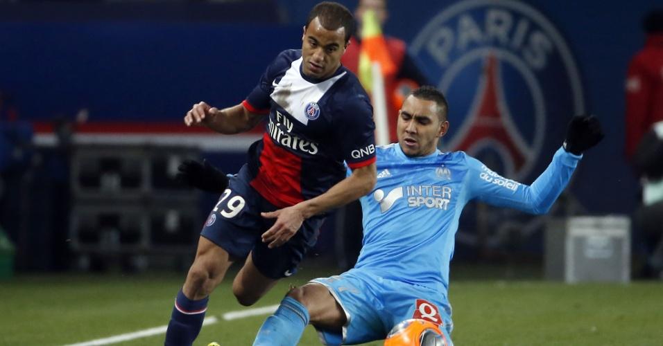 02.mar.2014 - Meia Lucas se livra da marcação do Olympique de Marselha durante vitória do Paris Saint-Germain por 2 a 0, pelo Campeonato Francês