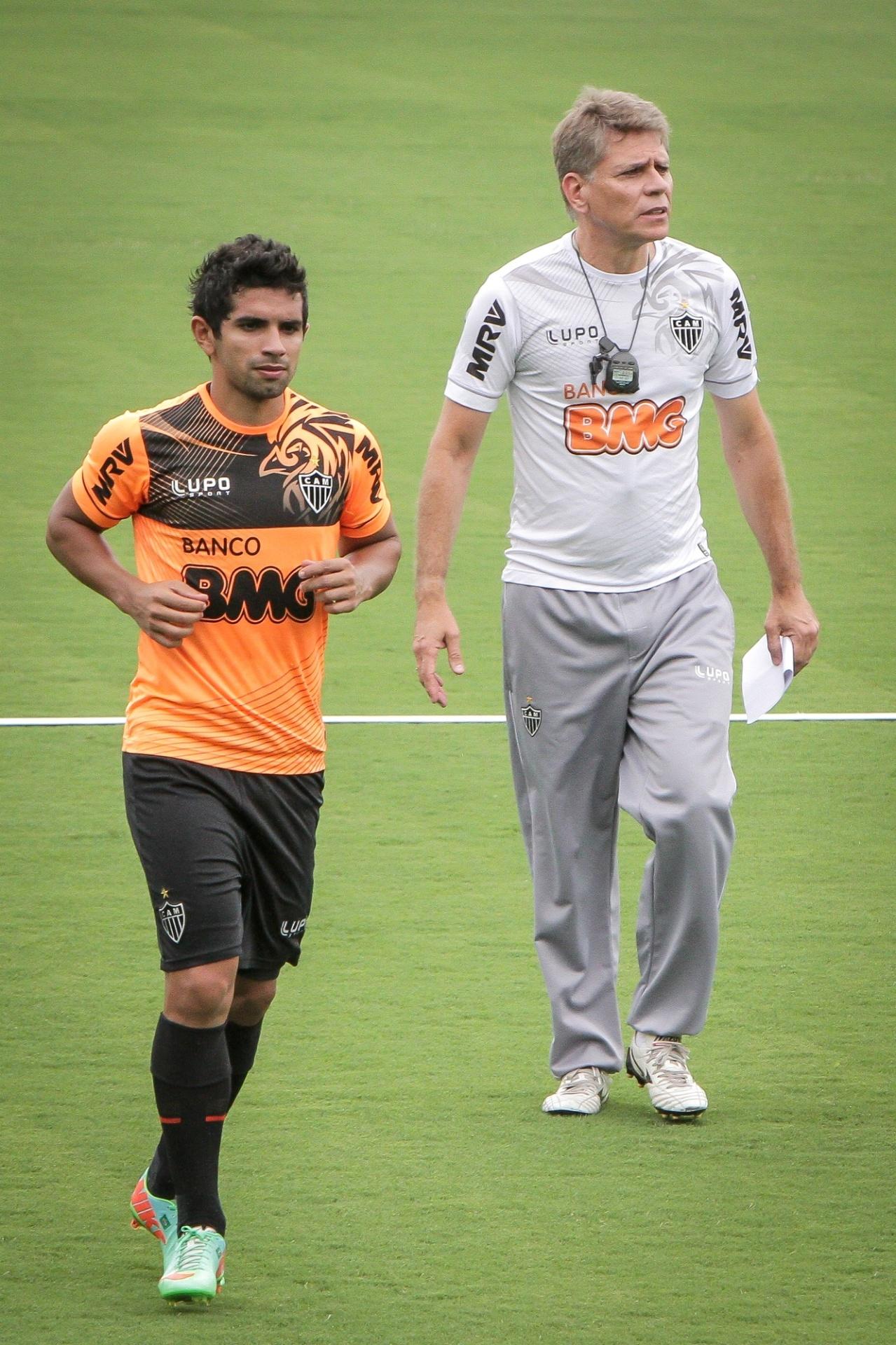 18 fev. 2014 - Atacante Guilherme, ao lado do técnico Paulo Autuori, durante treino do Atlético-MG na Cidade do Galo