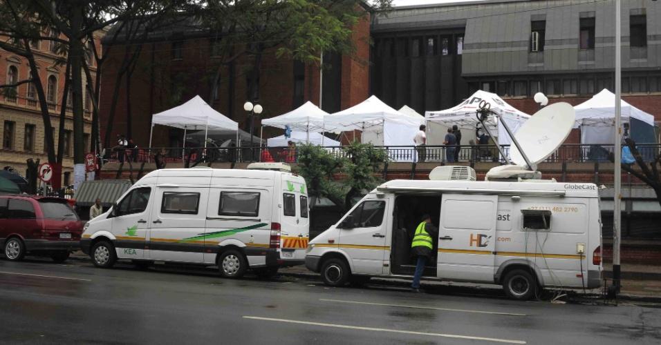 Jornalistas aguardam julgamento de Pistorius, em Pretória, na África do Sul