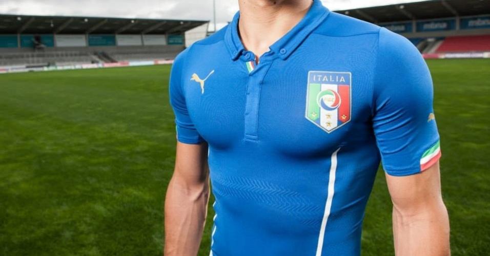 03.mar.2014 - Seleção da Itália divulgou seu novo uniforme para a Copa do Mundo de 2014. Desenvolvida pela Puma, a camisa tem o azul tradicional, dois traços na cor branca e gola estilo polo