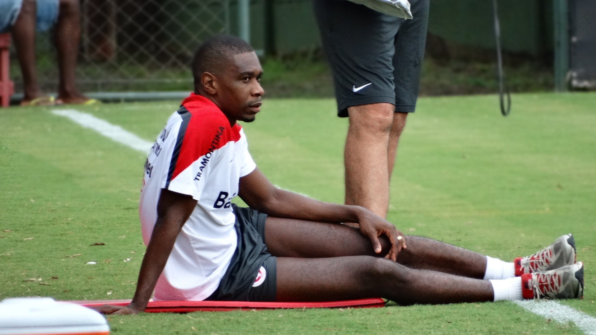 03.mar.2014 - Zagueiro Juan ainda se recupera de edema na coxa direita e segue fora do time do Inter