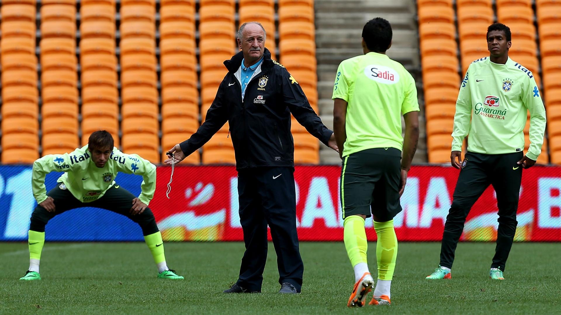 04.03.14 - Felipão gesticula durante treinamento da seleção brasileira na África do Sul