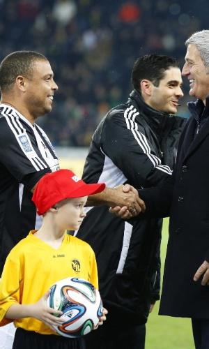04.mar.2014 - Ronaldo cumprimenta o treinador da seleção da Suiça, Vladimir Petkovic, antes do início da partida