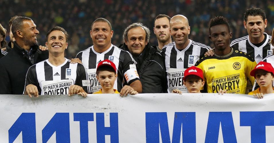 04.mar.2014 - Ronaldo posa para foto com os companheiros de equipe do jogo beneficente contra o Young Boys