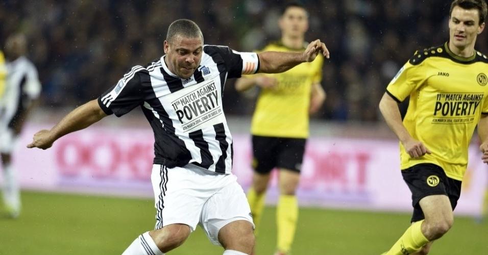 04.mar.2014 - Ronaldo tenta o chute enquanto é observado de perto pelo zagueiro do Young Boys