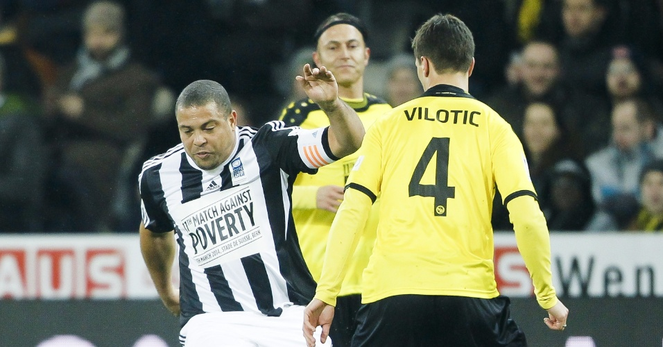 04.mar.2014 - Ronaldo tenta o drible sobre zagueiro do Young Boys