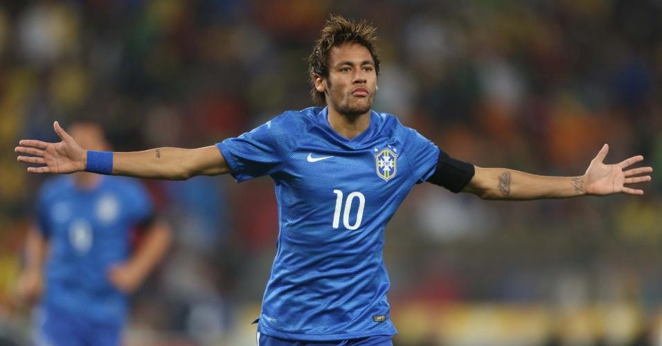 005.mar.2014 - Estreando o novo uniforme azul da seleção, Neymar comemora após marcar o terceiro gol do Brasil contra a África do Sul.  A seleção trocou de uniforme no intervalo do jogo para apresentar a nova segunda camisa.