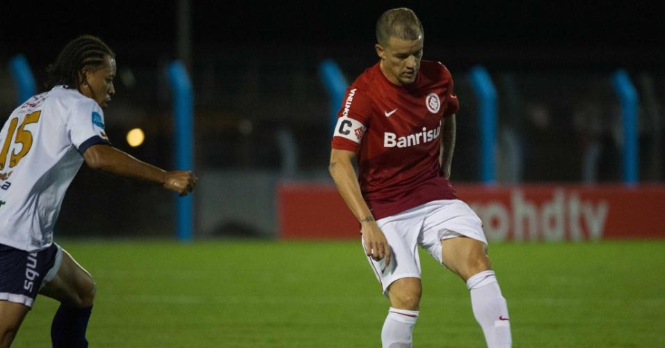 05.03.14 - D'Alessandro encara a marcação do jogador do São José pelo Campeonato Gaúcho