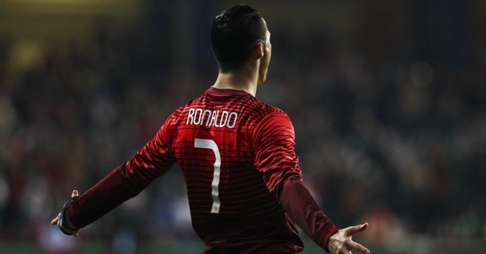 05.mar.2014 - Cristiano Ronaldo abre o placar para Portugal no amistoso contra Camarões. Com o gol, o atacante se tornou o maior artilheiro da história da seleção portuguesa batendo a marca de 47 tentos de Paulo Bento