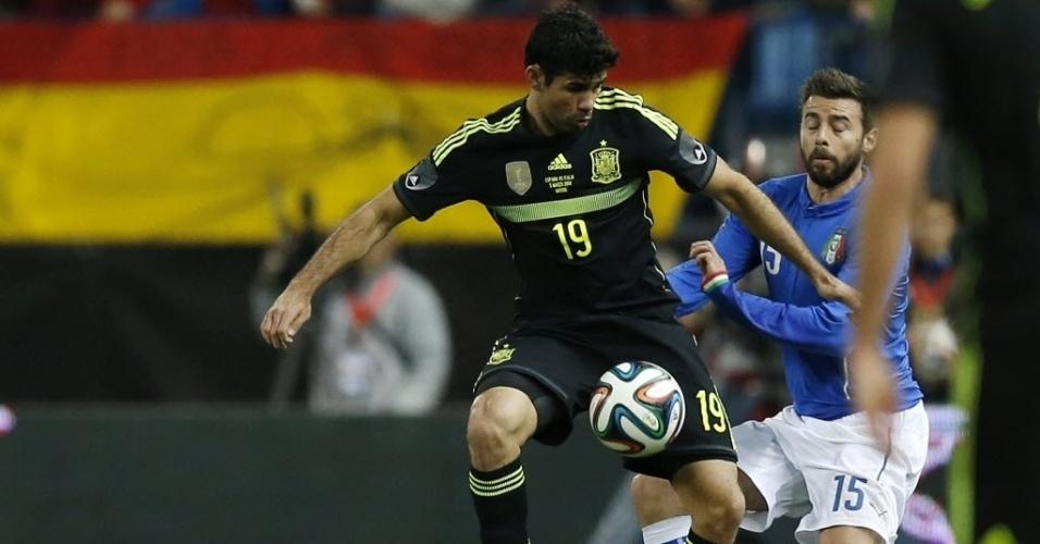 05.mar.2014 - Diego Costa domina a bola na sua estreia com a camisa da Espanha. Brasileiro, o atacante optou por se naturalizar espanhol para conseguir vaga na Copa do Mundo