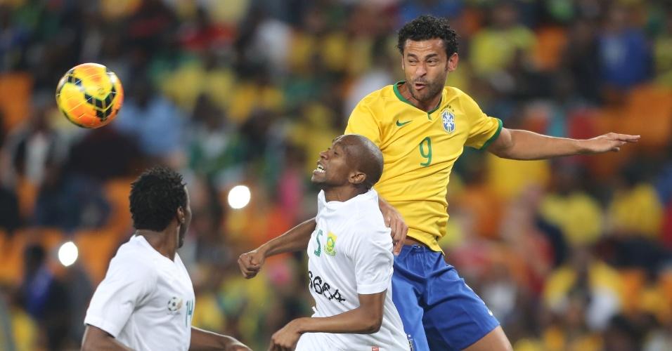 05.mar.2014 - Fred disputa bola de cabeça com jogadores da seleção da África do Sul