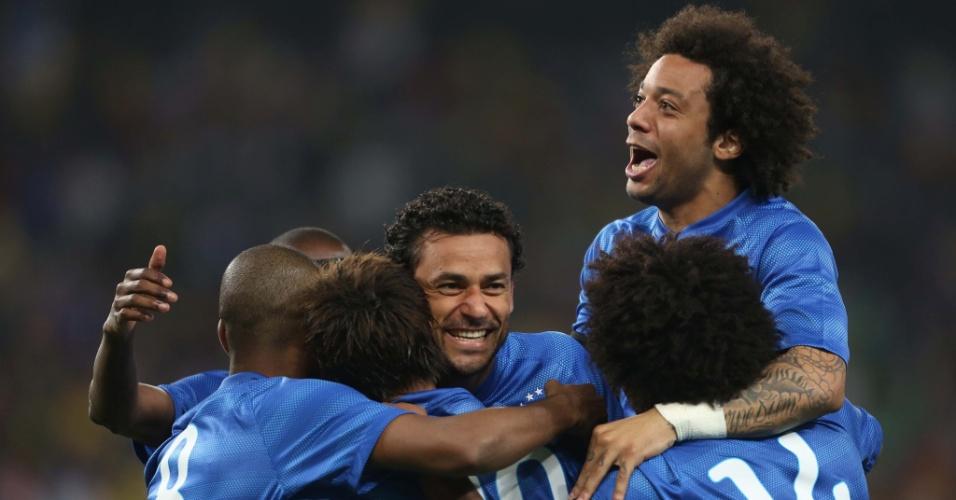 05.mar.2014 - Jogadores da seleção brasileira comemoram com Neymar após o atacante marcar o seu segundo gol no amistoso contra a África do Sul