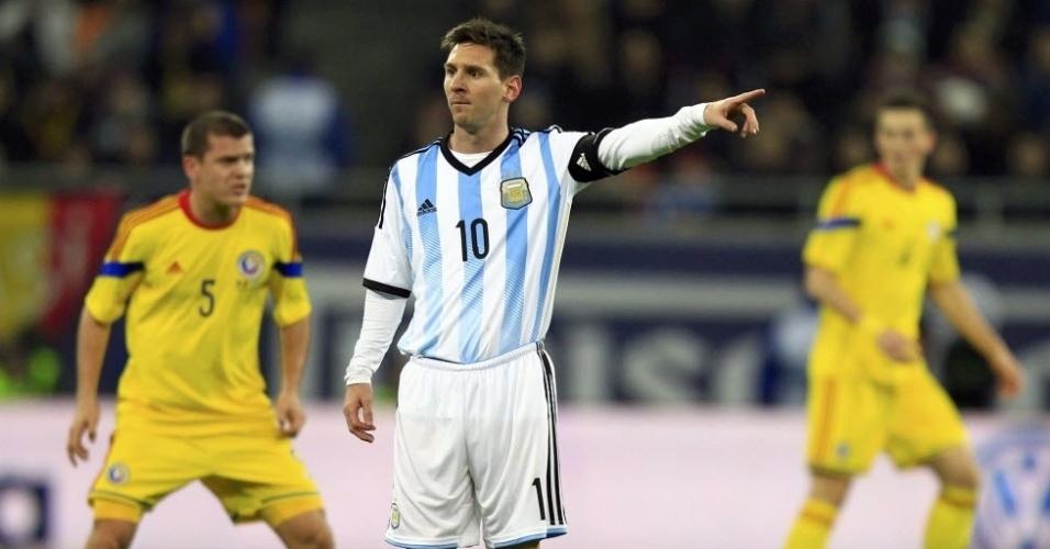 05.mar.2014 - Messi orienta os companheiros de seleção argentino durante amistoso contra a Romênia