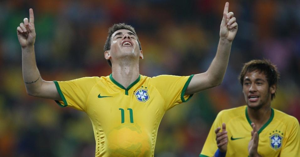 05.mar.2014 - Oscar comemora após abrir o placar para o Brasil no amistoso contra a África do Sul