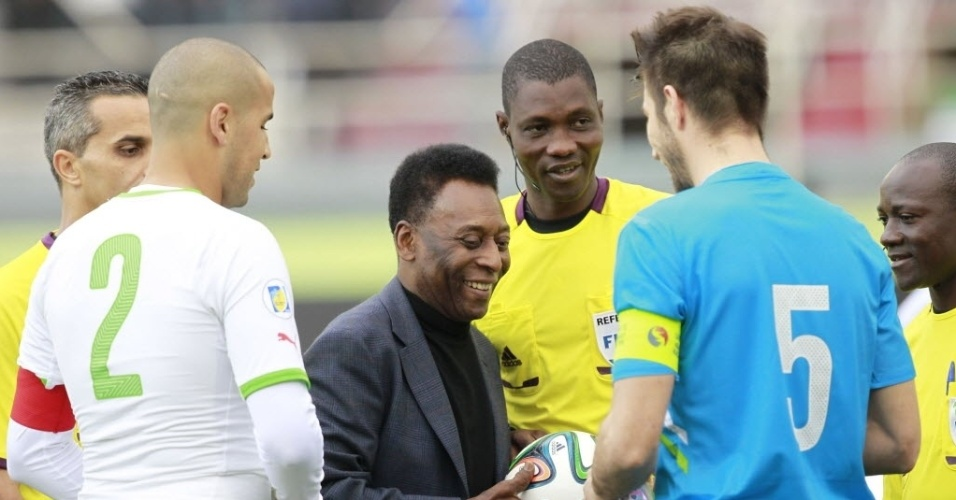 05.mar.2014 - Pelé deu o pontapé inicial do amistoso entre Argélia e Eslovênia em uma campanha para promover um campeonato de futebol para jovens da marca Coca-Cola