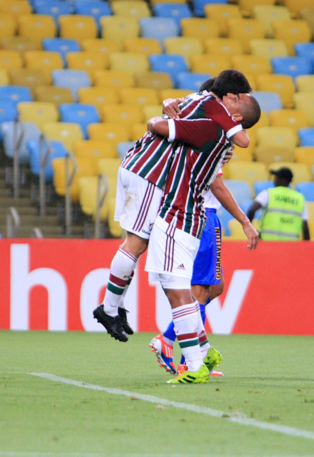 05.mar.2014 - Walter abraça Conca após o argentino marcar o segundo gol do Fluminense na partida contra o Friburguense