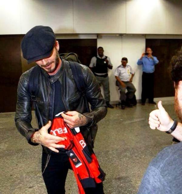 06.mar.2014 - Beckham recebe camisa do Flamengo ao chegar no Rio de Janeiro para curtir o carnaval