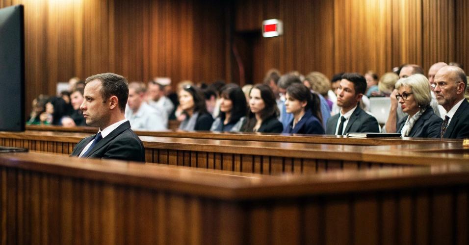 06.mar.2014 - Oscar Pistorius acompanha depoimento de testemunha durante o julgamento pela morte da modelo Reeva Steenkamp