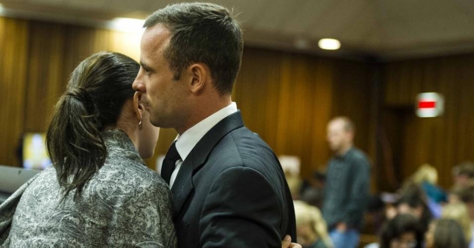 07.mar.2014 - Oscar Pistorius abraça sua irmã Aimee durante julgamento pela morte da modelo Reeva Steenkamp