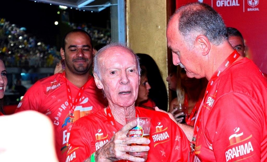 08.mar.2014 - Zagallo conversa com Felipão durante desfile das campeãs do Rio de Janeiro